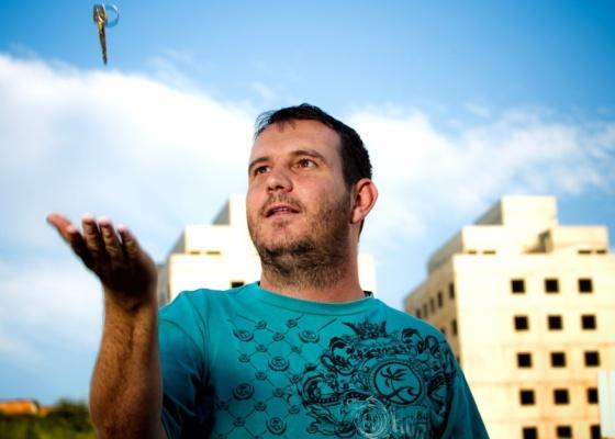 O auxiliar administrativo Fernando Gulin, 28, em frente ao futuro apartamento comprado pelo Feirão da Casa Própria da Caixa Econômica Federal, em Santo André (SP) - Leandro Moraes/UOL