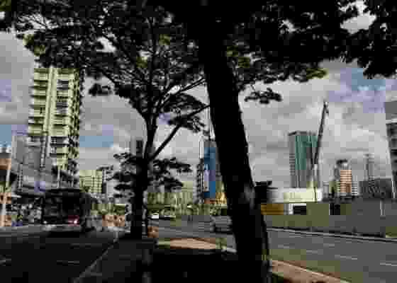 Vista da Avenida Faria Lima com o Largo da Batata (ao fundo), em São Paulo (SP). Sob a superfície, acontecem as obras da Linha 4 Amarela do Metrô, que exigiram desapropriações na região, caso do estabelecimento CR Acrílicos, na Rua dos Pinheiros - Ana Ottoni/Folha Imagem