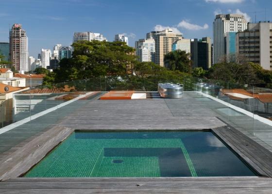 Deck e piscina na cobertura da Casa Corten, de Marcio Kogan, em São Paulo. A água e o deck melhoram o isolamento térmico da laje, que deve ser dimensionada para suportar a carga