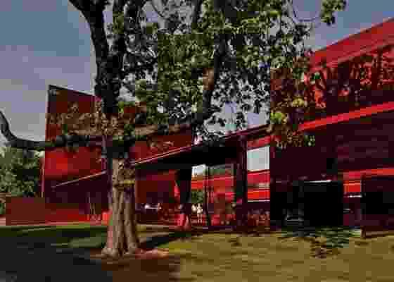 Pavilhão de verão da Serpentine Gallery, em Londres, projeto arquitetônico de Jean Nouvel. Estrutura arrojada, composta de aço, vidro e policarbonato - Philippe Ruault / Divulgação