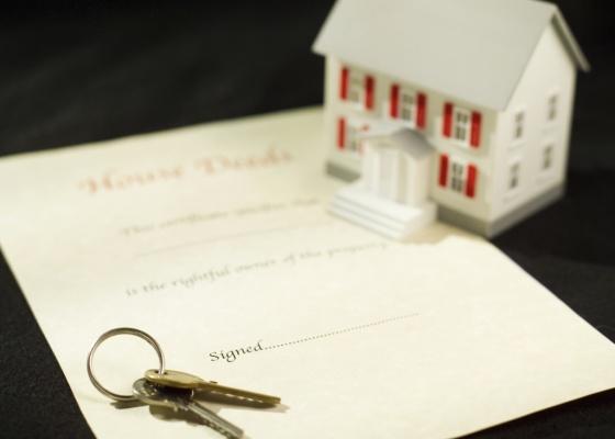 A multa por infração de cláusula contratual costuma equivaler a três vezes o valor do aluguel