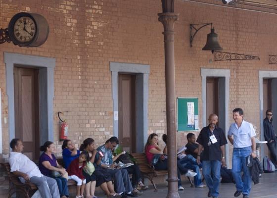 Passageiros na estação de trem da CPTM em Jundiaí, inaugurada em 1867 e tombada pelo Condephaat (05/12/2008)