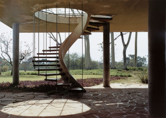 Escada helicoidal na Residência Olivo Gomes (1949), de Rino Levi, em São José dos Campos (SP). Para calcular a escada, é preciso considerar a altura e comprimento dos degraus