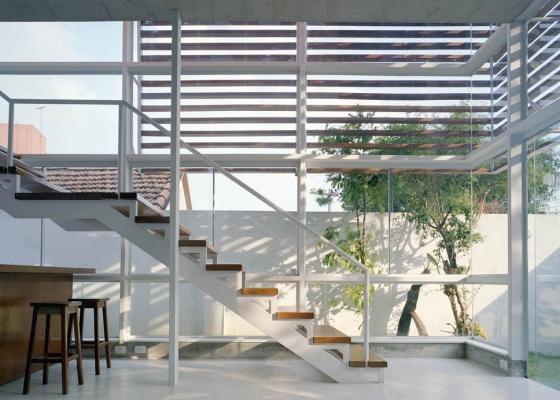 Escada metálica com degraus em madeira. Em apenas um lance, mas com patamar intermediário para descanso. A escada fica na casa Schaeffer-Novelli, em São Paulo (SP), e é assinada pela Nave Arquitetura