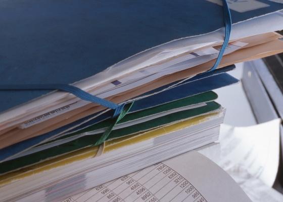 Analisar documentos e contas do condomínio é uma das primeiras tarefas do novo síndico