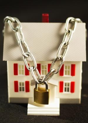 A alienação fiduciária de bens imóveis é o negócio jurídico pelo qual o devedor (ou fiduciante), com o objetivo de garantia, contrata a transferência ao credor (fiduciário), da propriedade resolúvel de coisa imóvel