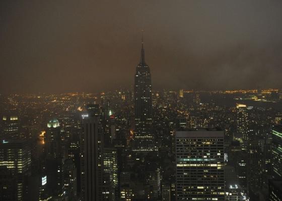 Foto noturna de Nova York; maior parte das luzes do Empire State (o mais alto) está apagada - Getty Images