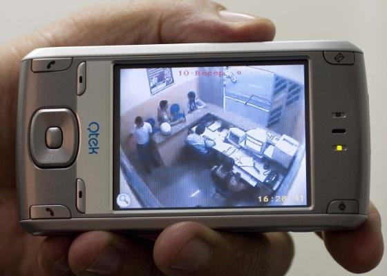 O sistema Graber Viu, da Graber, integra o monitoramento de alarmes e a visualização remota das imagens do condomínio, que pode ser feita pelo celular - Divulgação