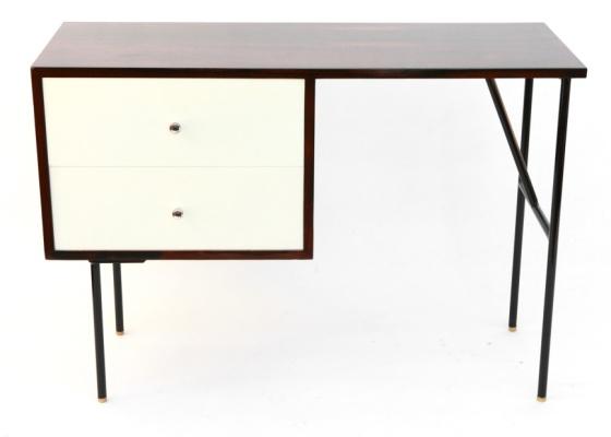 De Geraldo de Barros, a escrivaninha Unilabor, criada em 1950, é de ferro e madeira  - Divulgação
