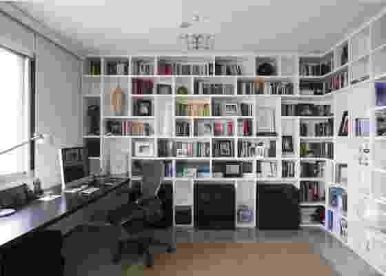Home office em apartamento em São Paulo, com reforma e interiores elaborados por FGMF Arquitetos, tem a poltrona Aeron, da Herman Miller, com desing de Bill Stumpf e Don Chadwick  - Fran Parente / UOL