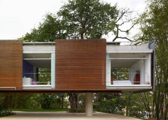 No projeto do arquiteto Angelo Bucci, os brises são placas de ripas de madeira que podem ser deslocadas pela fachada de acordo com a necessidade de mais ou menos luz ou privacidade