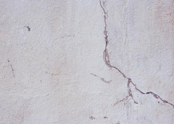 Patologias como fissuras, trincas e rachaduras podem ser causadas por simples processo de dilatação e retração do material de acabamento, até por problemas estruturas. É importante observar sua evolução e consultar um especialista