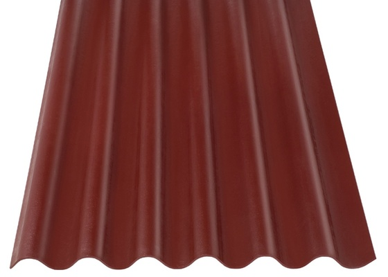 As telhas de fibrocimento são uma opção para cobertura de lajes, dispensando a impermeabilização. Porém, é importante deixar o espaço entre a laje e as telhas ventilado, para não aquecer a casa. Na foto, telha ondulada da Eternit, de fibrocimento sem amianto