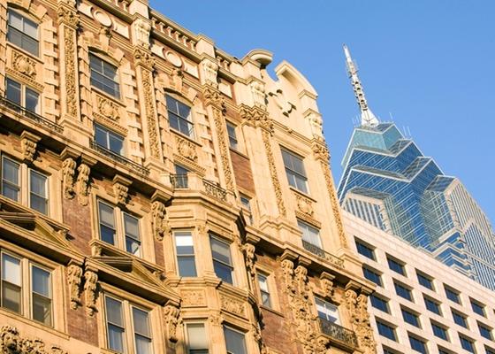 Contraste de arquiteturas antiga e contemporânea em prédios na Filadélfia (EUA) - Getty Images