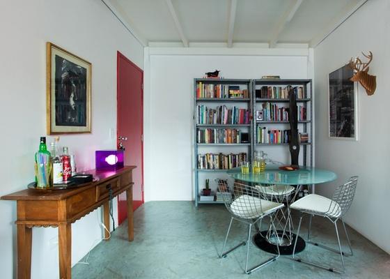 Sala do decorador Marcel Steiner, com piso de cimento queimado. De baixo custo, o sistema agrada pela uniformidade, que faz espaços pequenos parecerem maiores