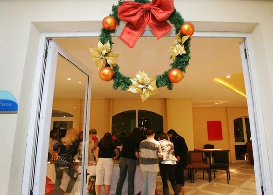 A adoção ou não de uma decoração tipicamente natalina nas áreas comuns do edifício deve ser decidida em uma assembleia com os condôminos, e obter aprovação da maioria simples - Marcelo Justo/Folhapress