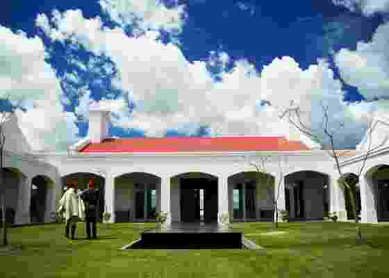 Fachada do hotel Estancia Vik, em José Ignacio, Uruguai, obra do arquiteto uruguaio Marcelo Daglio. Cada quarto do hotel foi ambientado por um artista uruguaio  - Eduardo Vessoni / UOL