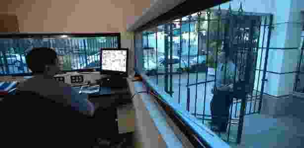 Porteiro em guarita blindada de condomínio na rua Maranhão, no bairro de Higienópolis, em São Paulo - Rodrigo Capote-17.jun.2010/Folhapress