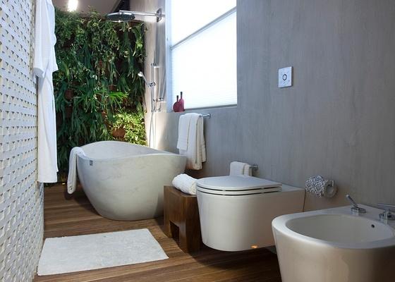 Banheiro do Loft da Executiva, criado para a Casa Cor 2010. A arquiteta Denise Barreto utilizou vaso e bidê suspensos no projeto, que deixam um vão livre entre as louças e o piso