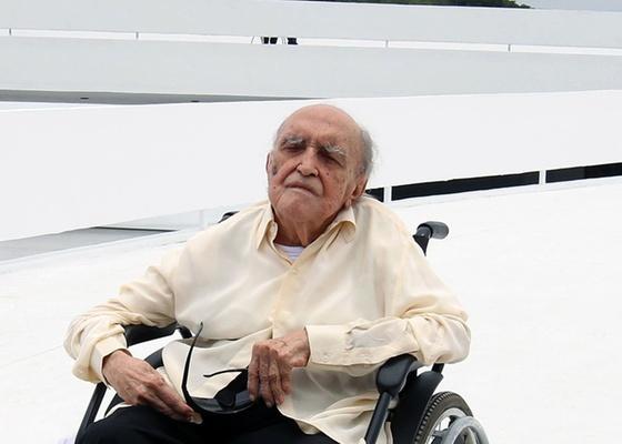 O arquiteto Oscar Niemeyer comemora 103 anos na inauguração da fundação que leva seu nome, em Niterói (RJ) (15/12/2010)