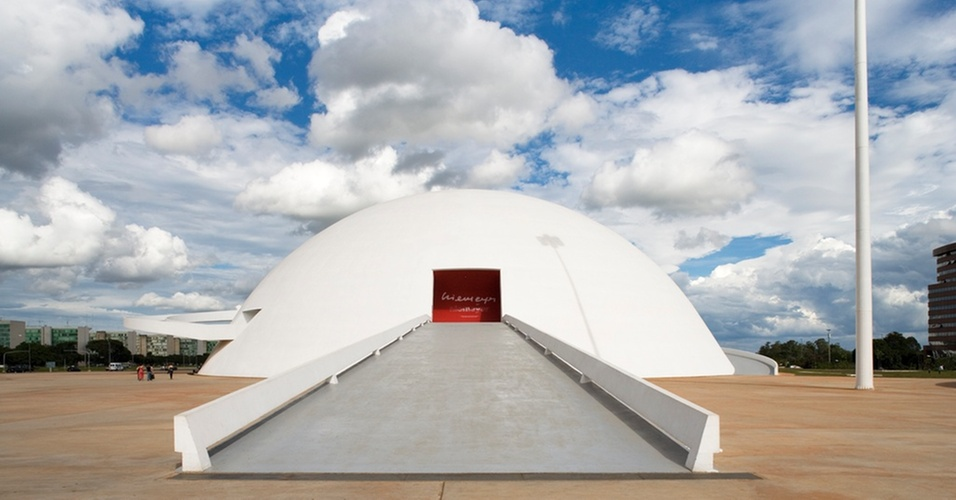 O Museu Nacional Honestino Guimarães, também conhecido como Museu Nacional, em Brasília (DF). Projeto de Oscar Niemeyer inaugurado em 2006