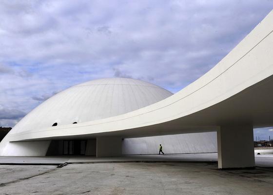 O Centro Niemeyer, inaugurado na cidade de Avilés, na Espanha, no aniversário de 103 anos do arquiteto brasileiro Oscar Niemeyer (15/12/2010) - Eloy Alonso/Reuters