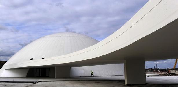 O Centro Niemeyer, inaugurado em Avilés, na Espanha, no aniversário de 103 anos de Niemeyer