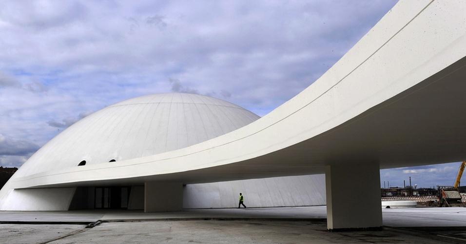 O Centro Niemeyer, inaugurado na cidade de Avilés, na Espanha, no aniversário de 103 anos do arquiteto brasileiro Oscar Niemeyer (15/12/2010)