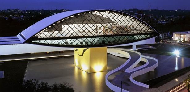 Museu Oscar Niemeyer (2002), de Oscar Niemeyer, em Curitiba