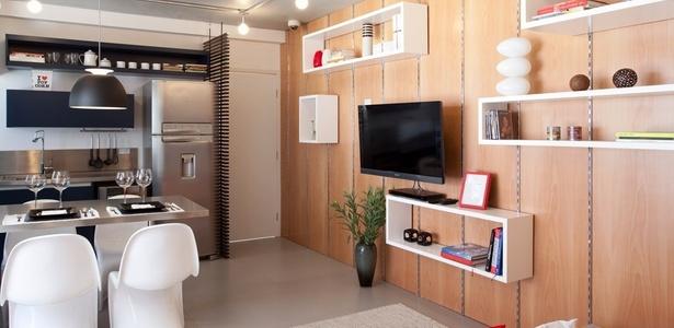 As prateleiras são uma saída para aproveitar os espaços nas paredes da sala e da cozinha; invista - Fran Parente/Divulgação