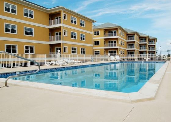 A piscina é uma das áreas comuns do condomínio. Elas são regradas pelas disposições que tratam do condomínio no Código Civil, pela convenção de condomínio e o seu regimento interno