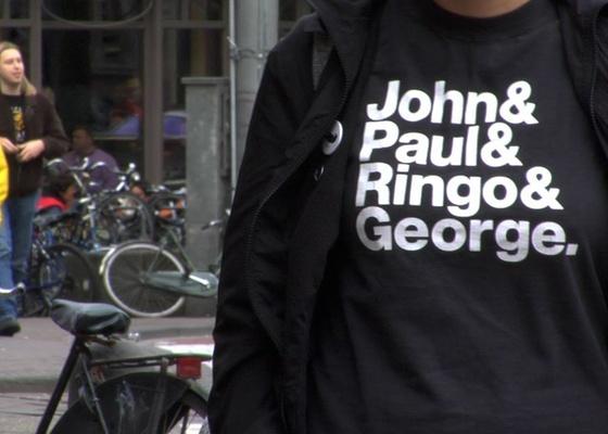 """Fonte Helvetica usada em camiseta nas ruas de Amsterdam em imagem do filme """"Helvetica"""""""