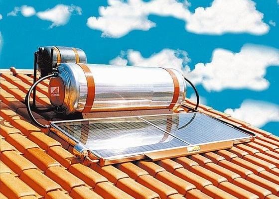 Aquecedor solar instalado em telhado de casa. O sistema, composto pelos coletores e o reservatório, transforma a energia do sol em água quente para chuveiros ou piscinas