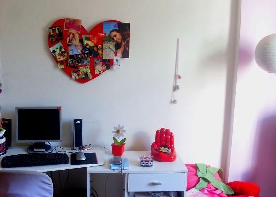 Imagem do quarto da leitora Ana Catarina, que possui espaço para uma escrivaninha maior