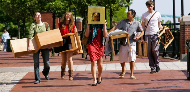 Estudantes de design de mobiliário carregam projetos para o ateliê na Rhode Island School of Design, nos Estados Unidos, onde 68% dos estudantes são mulheres