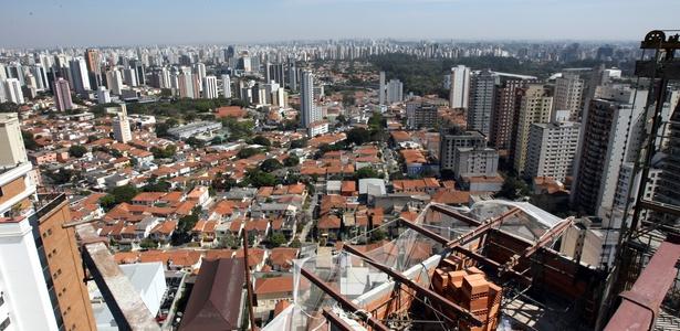 """Embora tenha clara vocação """"vertical"""", São Paulo é pouco adensada. Isso se deve a uma legislação restritiva que, entre outras coisas, levou ao seu espraiamento na direção das periferias - Almeida Rocha / Folhaimagem"""