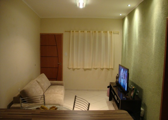 Uma boa iluminação faz uma enorme diferença no clima da casa. Usar diferentes tipos de luminárias, além de decorativo, colabora na composição de um ambiente mais festivo ou íntimo