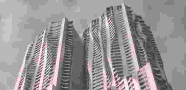 """Um prédio de apartamentos com uma fachada """"enrugada"""", construído pelo renomado arquiteto canadense Frank Gehry, é o mais novo arranha-céu de Nova York - BBC"""