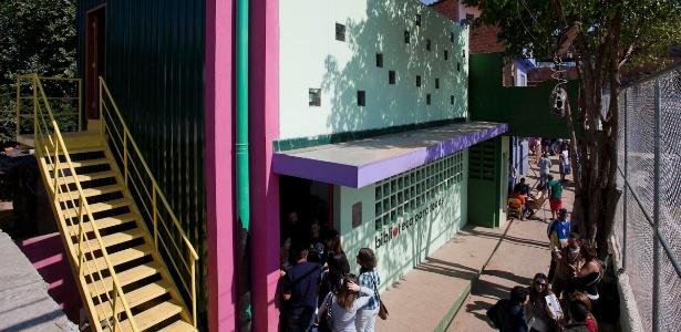 Fachada da Biblioteca para Todos Parque Santo Antonio, na zona sul de São Paulo, de Marcelo Rosenbaum, no dia da inauguração (21/5/2011) - Paulo Pereira / UOL