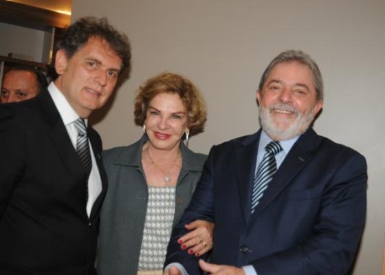 Lula e Marisa posam na Casa Hotel com o presidente da Casa Cor Angelo Derenze (23/05/2011) - Celina Germer/Divulgação