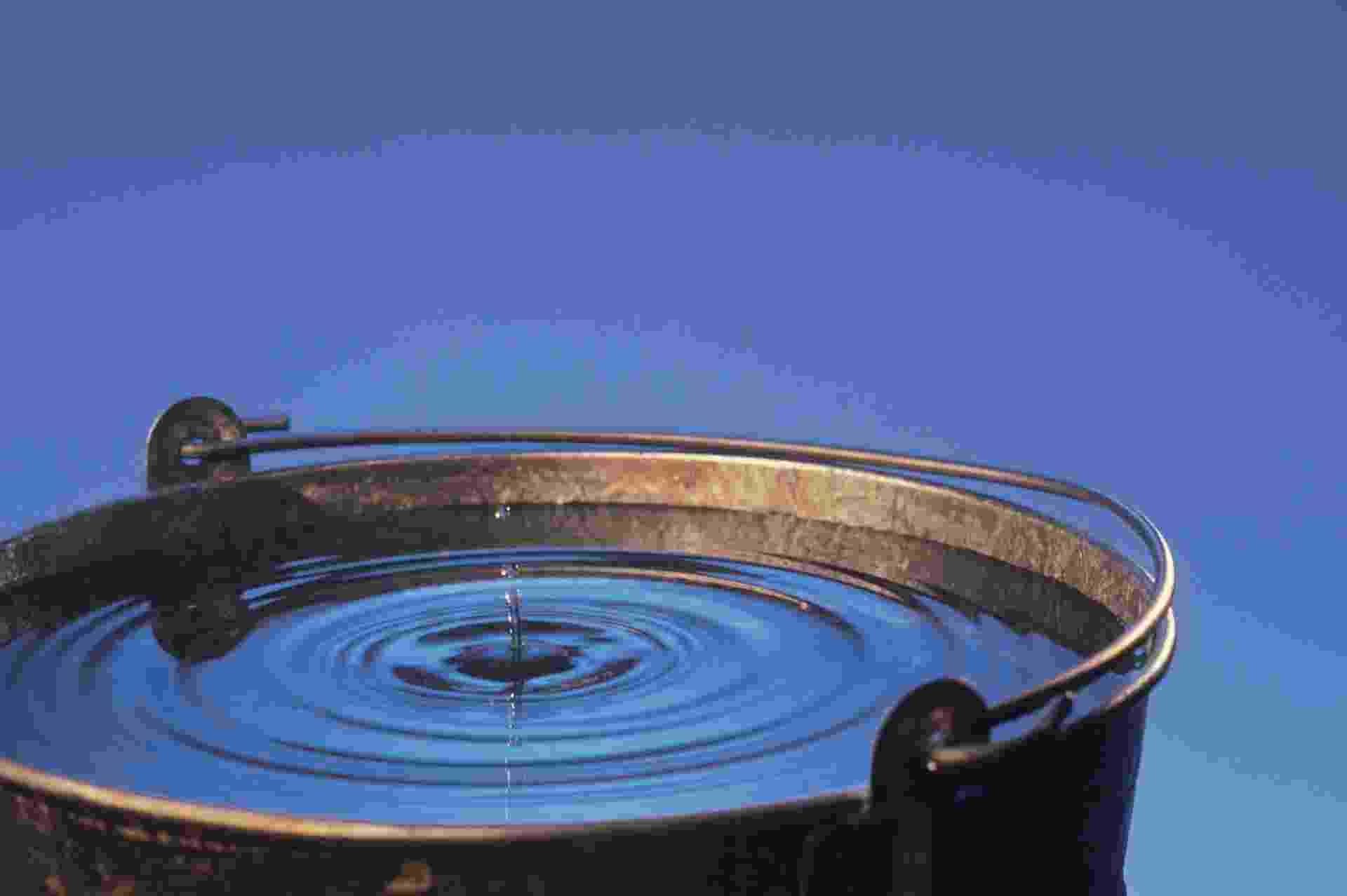Gota d'água em balde cheio - Getty Images