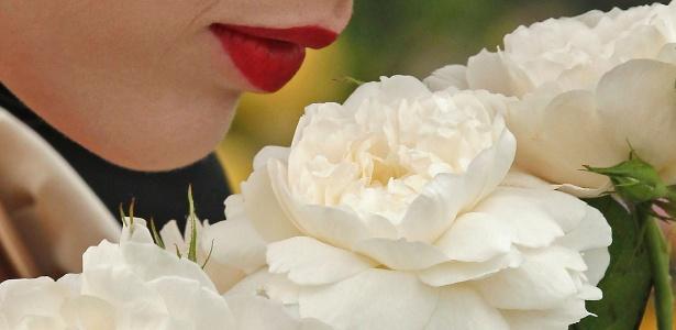 Moça sente o perfume das rosas criadas em homenagem ao Príncipe William e à Duquesa Catherine, durante o Chelsea Flower Show, em Londres, Inglaterra (23/05/2011) - Luke MacGregor/Reuters