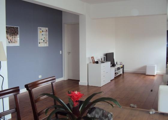 No ambiente de estar, há espaço para um sofá de dois metros, duas poltronas e uma mesa<br> de centro retangular. Também é importante usar tapetes para marcar os ambientes