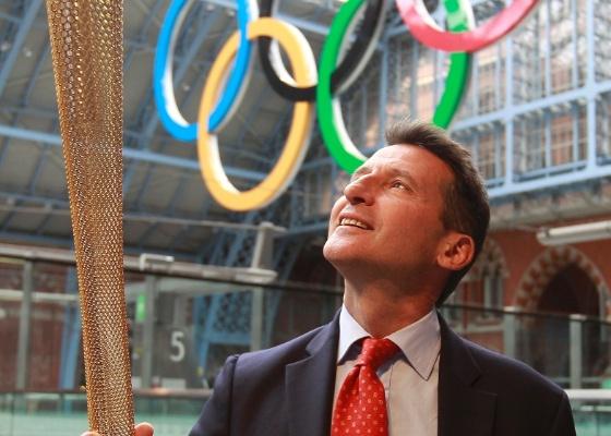 O presidente do Comitê Olímpico das Olímpíadas e Paraolimpíadas de Londres, Sebastian Coe, posa com o protótipo da tocha olímpica na estação St. Pancras, em Londres (08/06/2011)