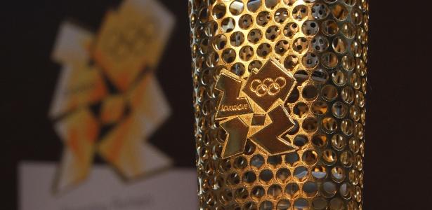 Protótipo da tocha olímpica para os jogos de 2012 em Londres - Geoff Caddick/AFP