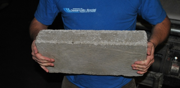 Cinzas são misturadas com cimento para fazer material resistente - Página/12/BBC
