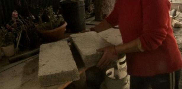 Moradora de vilarejo argentino usa cinzas do vulcão chileno Puyehue para fabricar tijolos - Reprodução/BBC