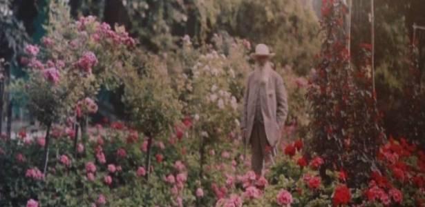 Imagem de Claude Monet em meio a seu jardim, em Giverny, nos arredores de Paris - Reprodução/BBC
