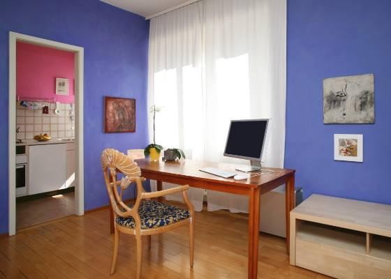 Ser estudante não significa viver com sofás capengas, louça suja e lâmpadas fluorescentes.<br> O local onde você vai passar os melhores anos da sua vida pode ser bem charmoso. Pintar<br> as paredes, por exemplo, transforma o ambiente mais sem graça em um espaço inspirador