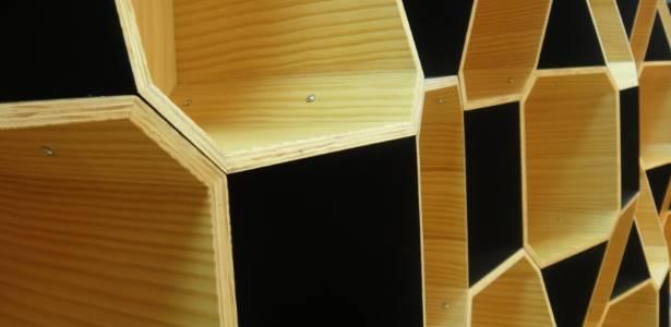 """Estante """"Faceta"""" da """"m ao quadrado"""", projetada por José Marton. O móvel, que permite multiplas formatações, foi apresentado durante a Casa Brasil 2011, em Bento Gonçalves (RS) - Daiana Dalfito/UOL"""